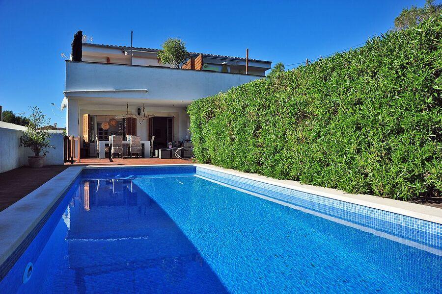 Blick vom Pool auf das Apartment