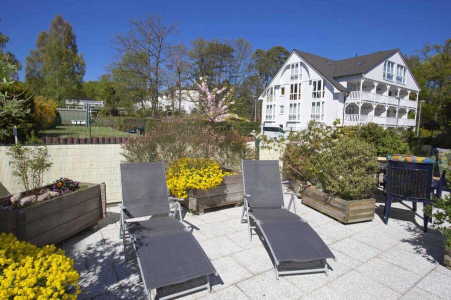 80 qm große Terrasse mit Sonnenliegen