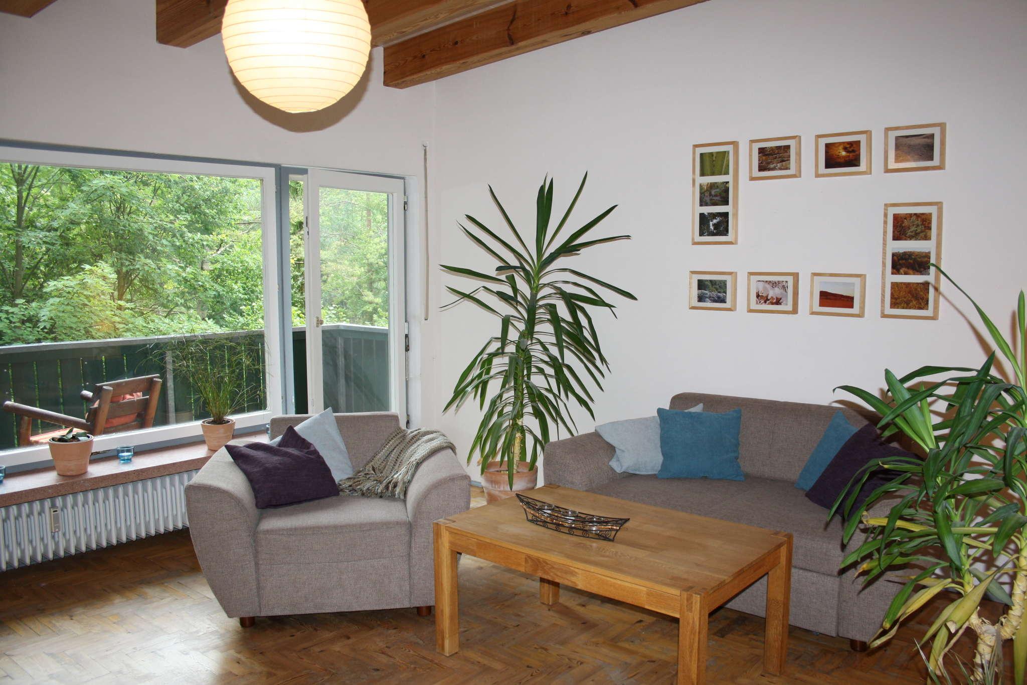 Wohnzimmer mit Balkonzugang, Schlafcouch