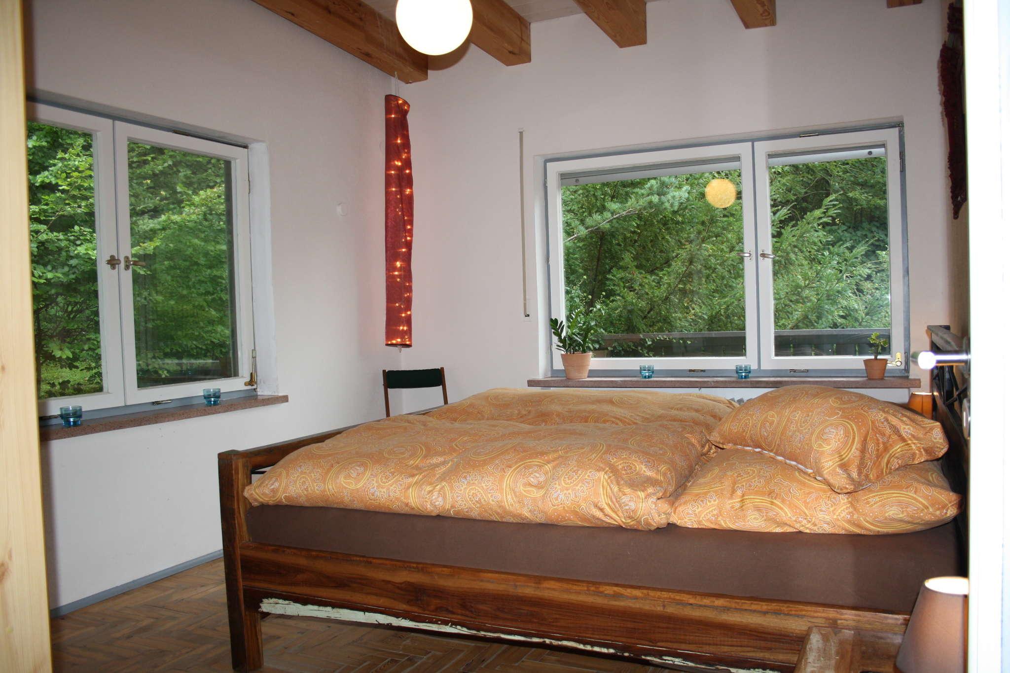 Schlafzimmer mit großem Doppelbett