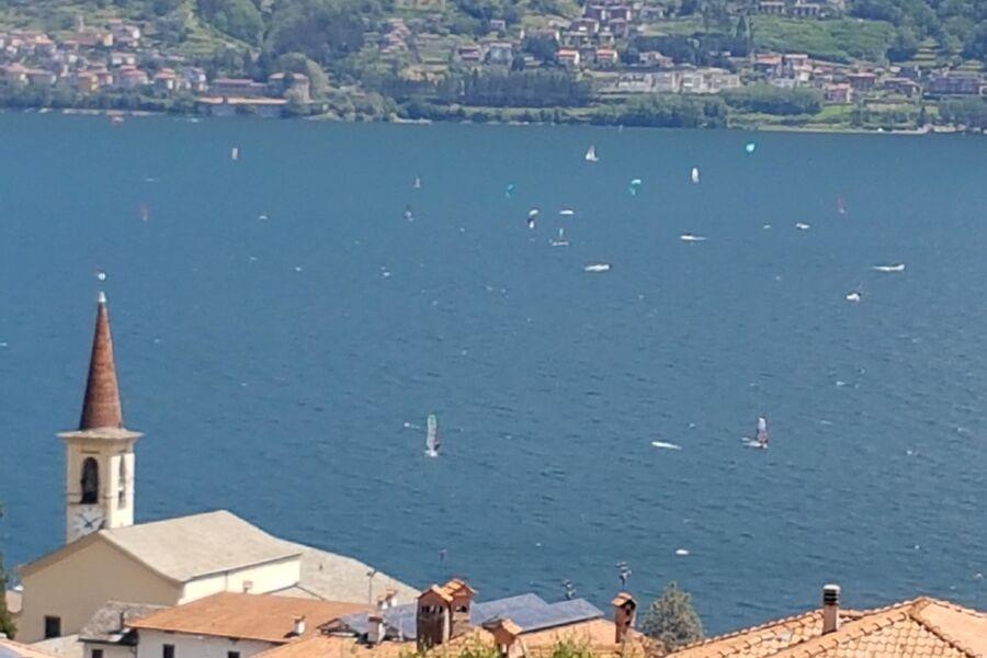 Blick aus Terrasse über Dorf undf See