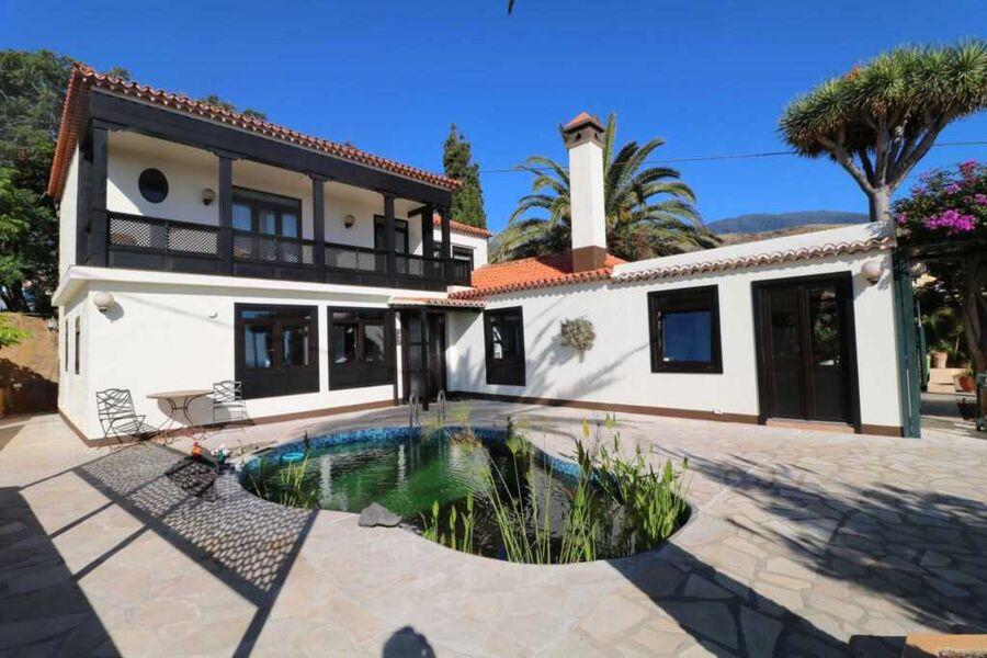 Blick aufs Haus mit privater Terrasse und Schwimmt