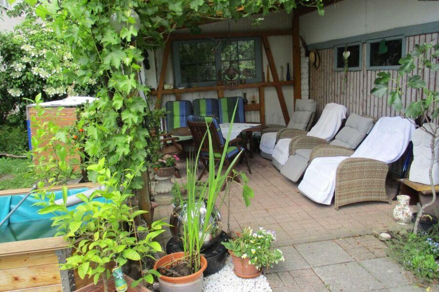 Gartenterrasse mit Liegesesseln
