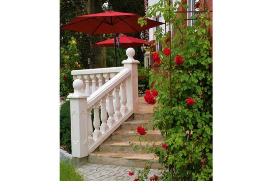 Veranda Villa Rosen mit blühenden Rosen