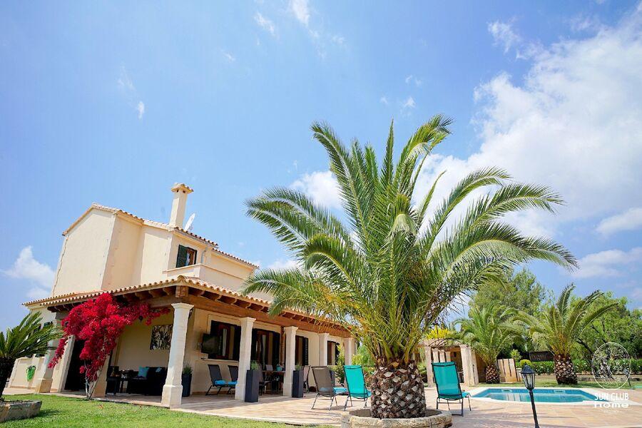 Ansicht Haus mit Pool & Garten
