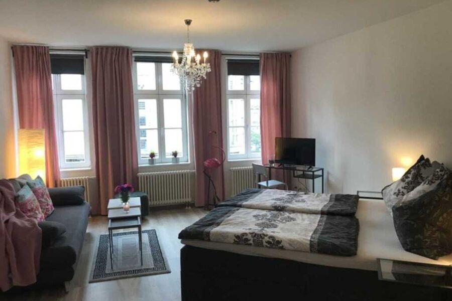 Schlafzimmer 1 - mit Doppelbett, Sitzbereich und T