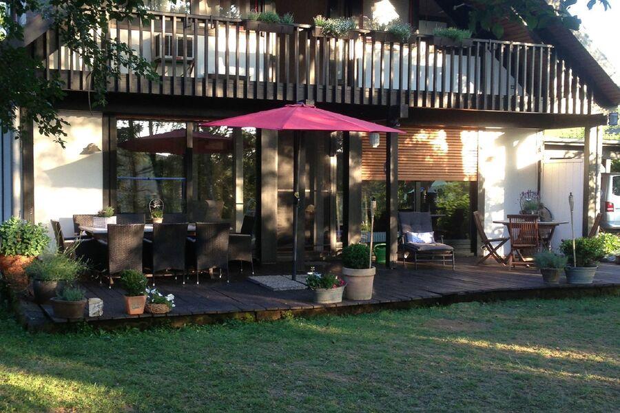 Ferienhaus außen Garten und Terrasse