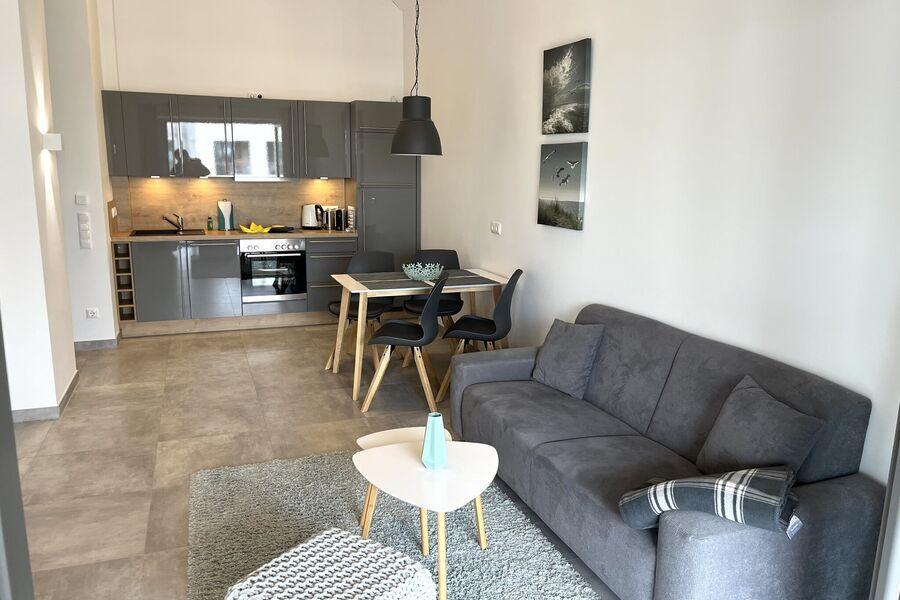 Offener Wohn-Essbereich mit hohen Decken