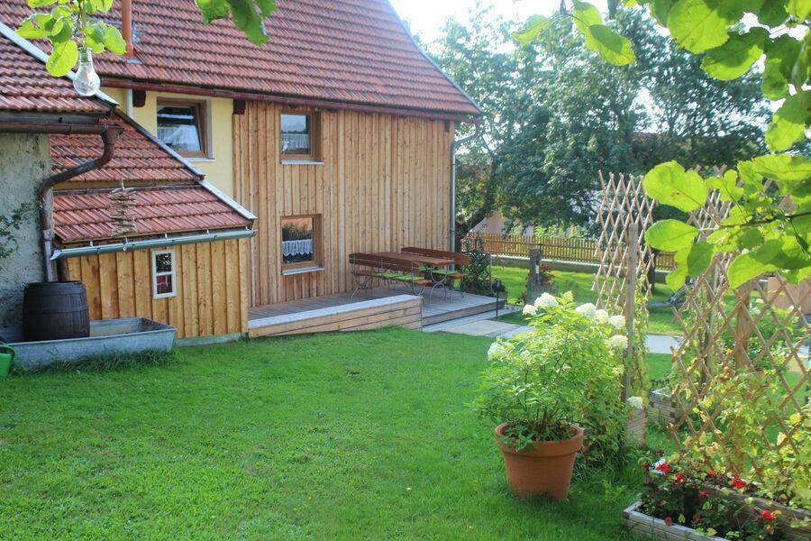 Garten mit schöner Holzterrasse