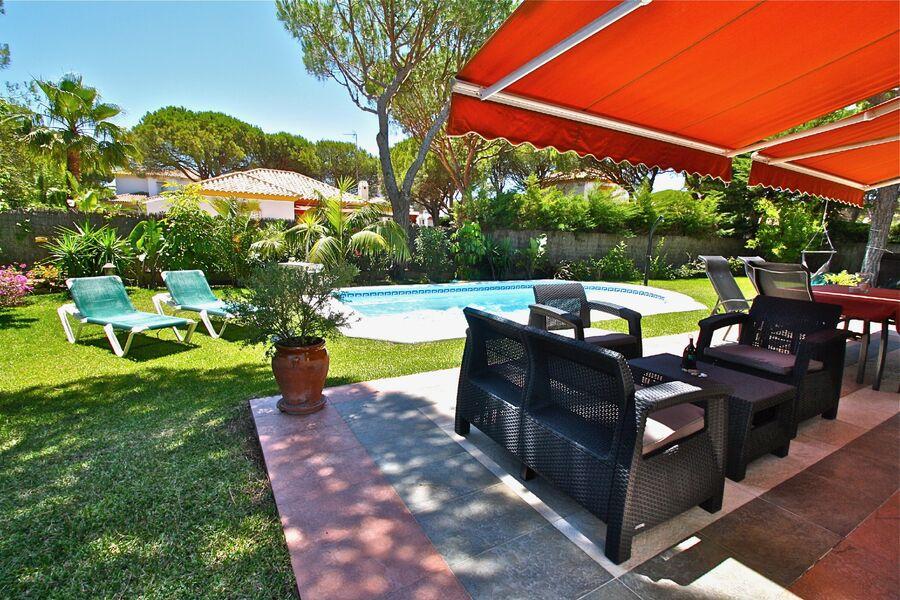 traumhafter Garten mit Pool und Terrasse