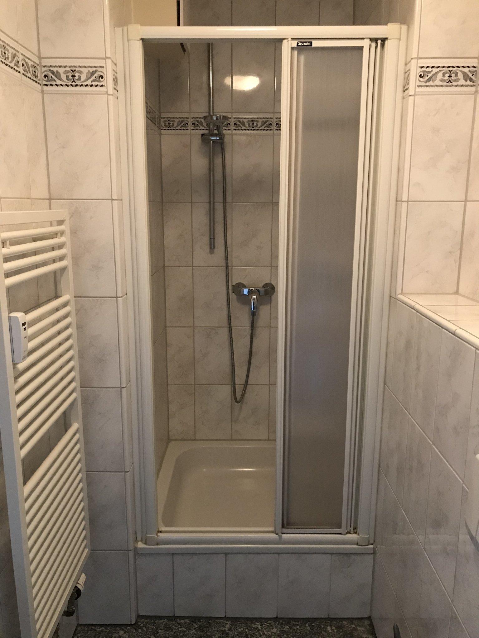 Dusche mit Handtuchwärmekörper