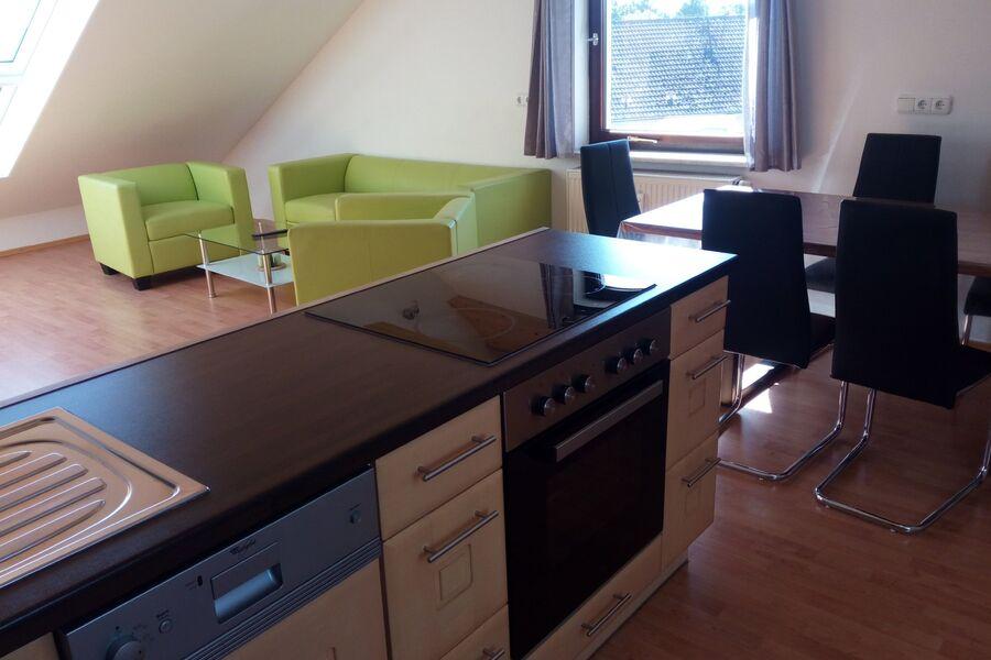 Blick von der Küche zum Wohnbereich