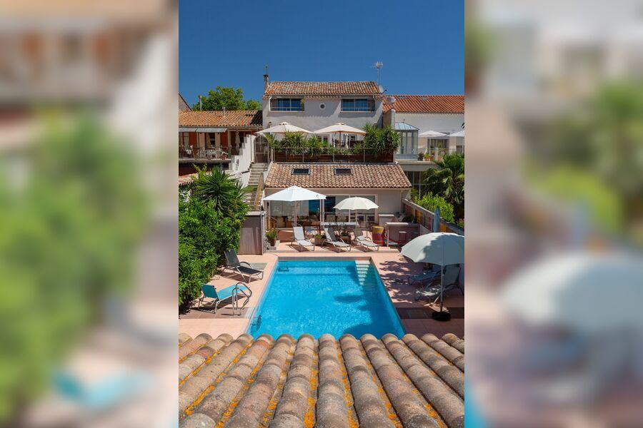 Poolbereich und Ansicht Wohnung im 1.OG