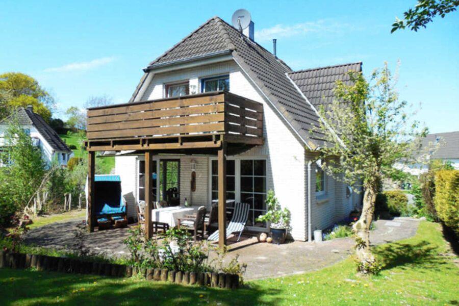 Sonniges Ferienhaus mit Terrasse, Balkon und Garte