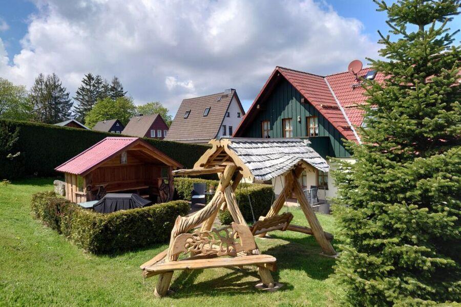 Schaukel und Gartenhaus