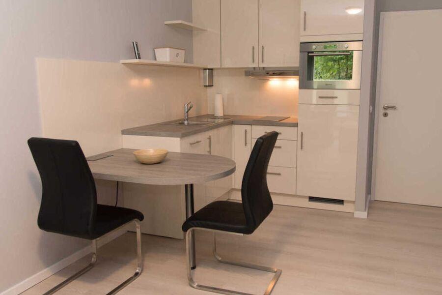 Ferienwohnung unten Links Küche mit Esstisch und z