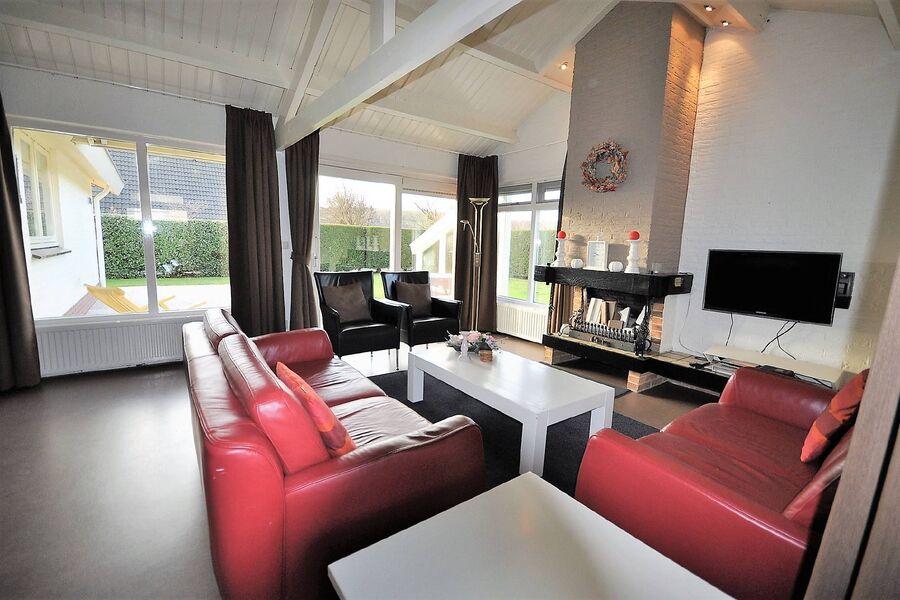 Wohnzimmer mit Holzkamin und Schiebetür