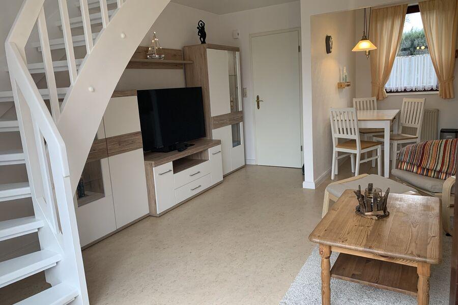 Wohnzimmer, offene Küche und Eingang