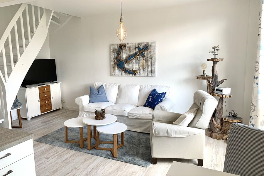 Wohnzimmer mit offener Küche und Flat-TV