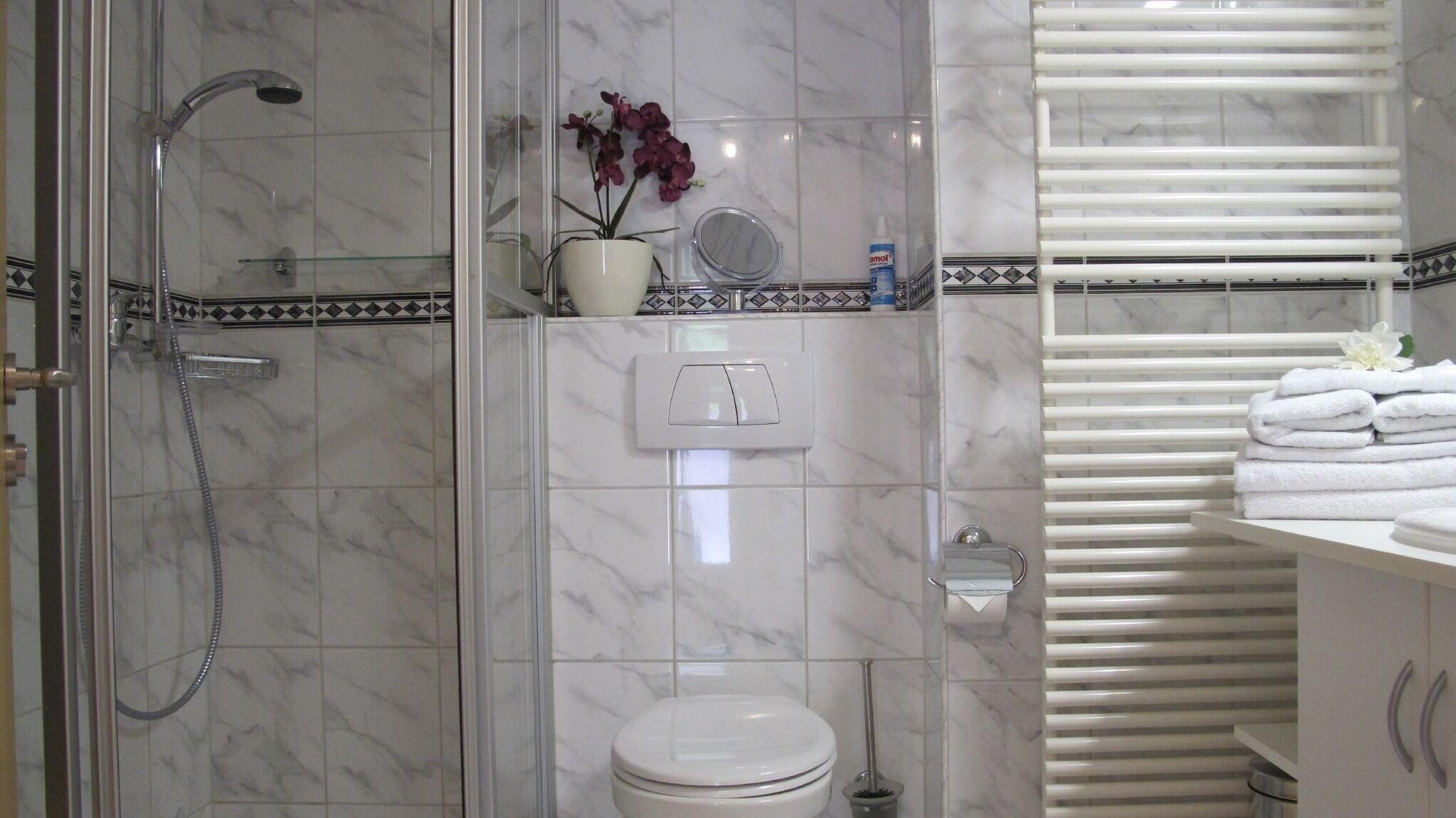 Das Badezimmer mit großem Waschtisch