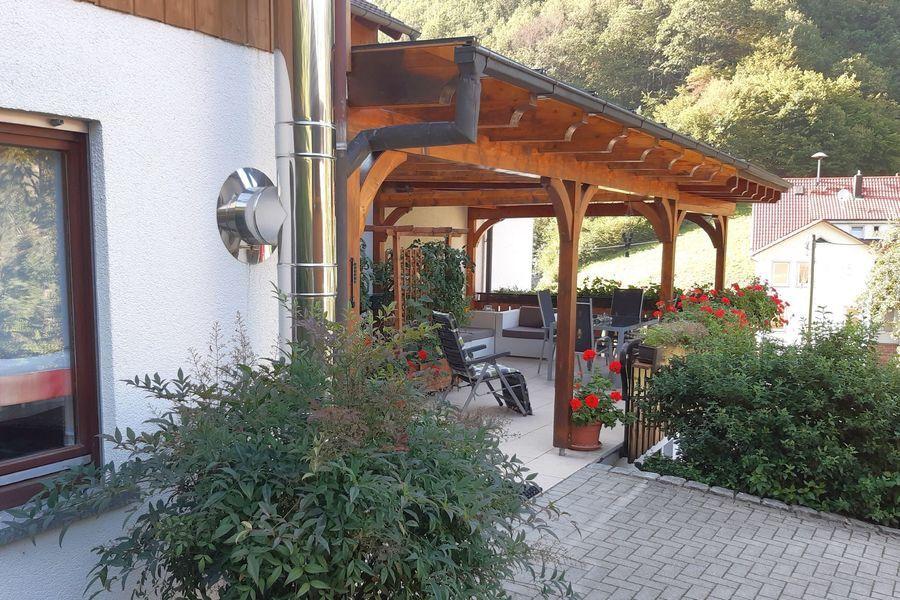 Blick auf Ferienwohnung mit Terrasse