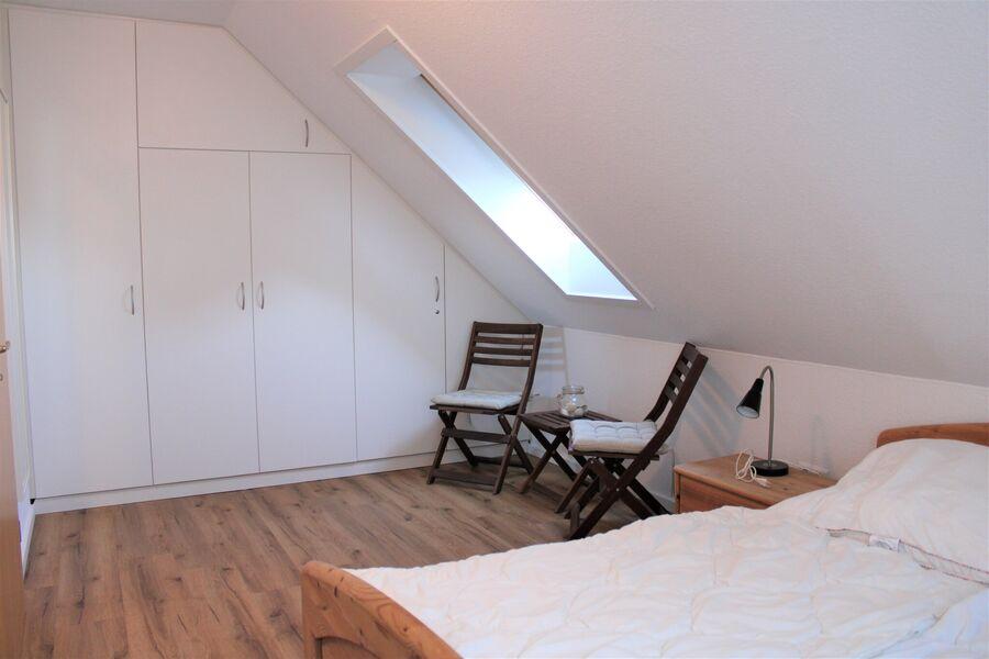 Das geräumige Elternschlafzimmer