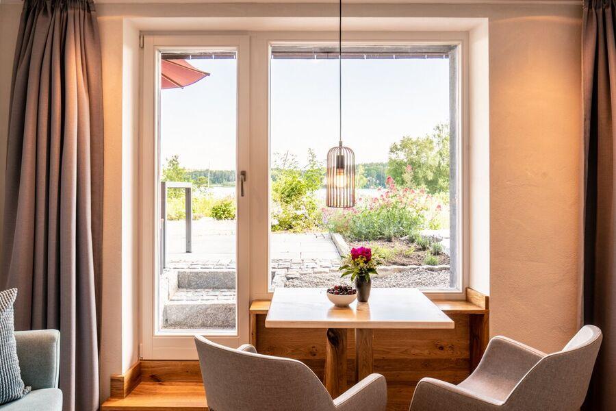 Gartenzimmer mit Garten und Seeblick