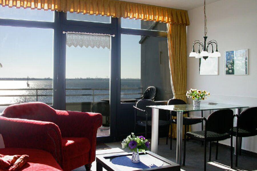 Wohnzimmer mit Meerblick und Balkon