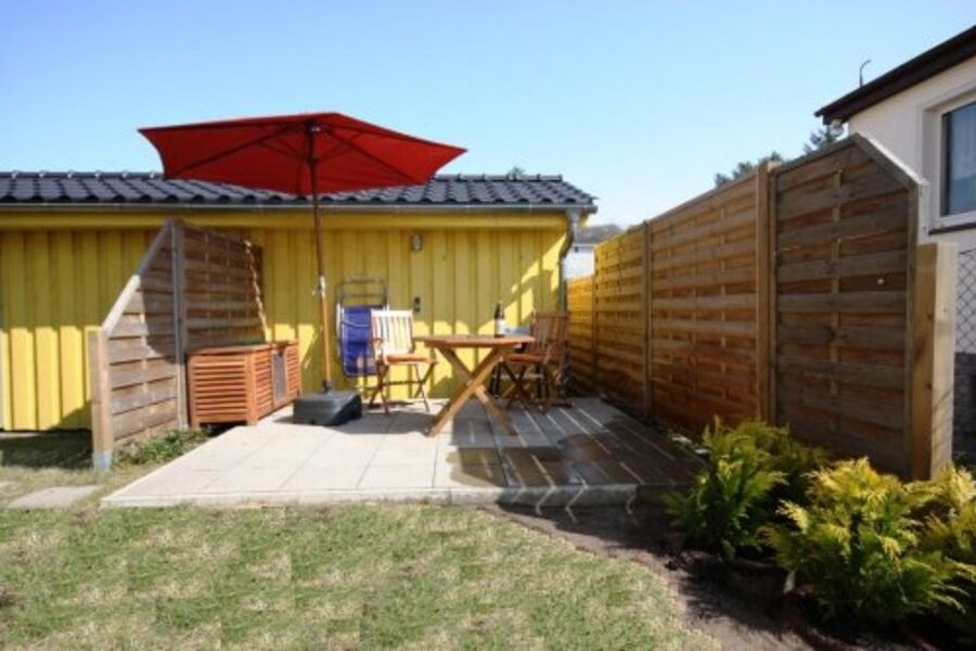 Terrasse mit Grill und Holzbestuhlung