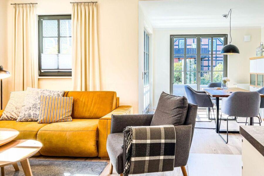 heller und moderner Essbereich mit Tisch und Stühl