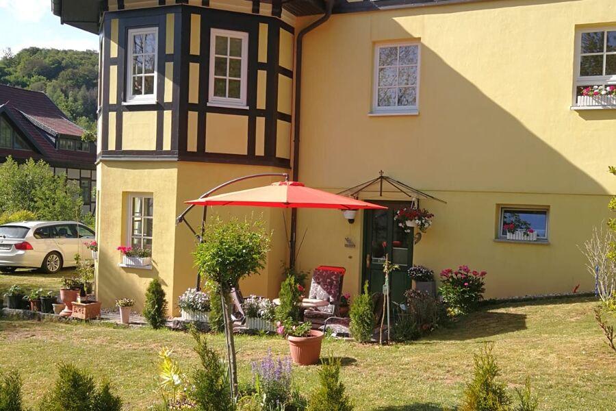 Aussenansicht/Eingang + Terrasse/Parkplatz