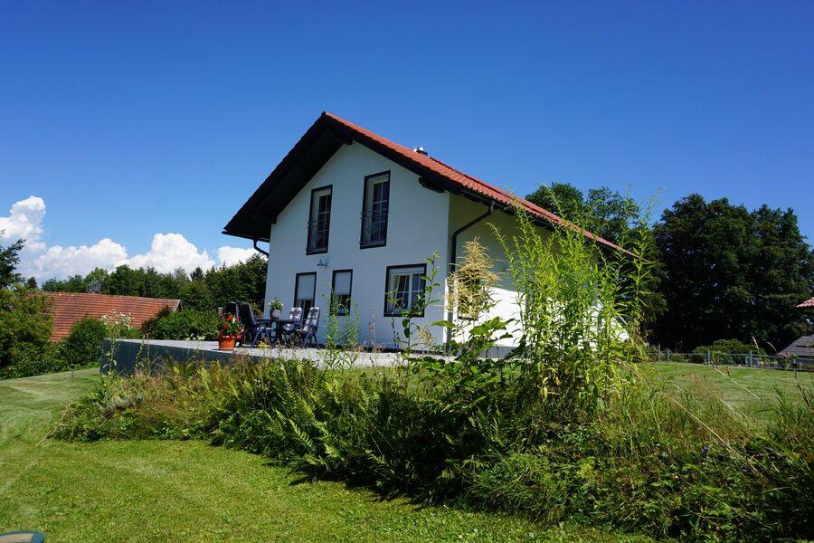 Blick auf Ferienhaus mit Terrasse