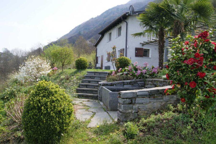 Haus aussen mit Garten und kleinem Badebrunnen