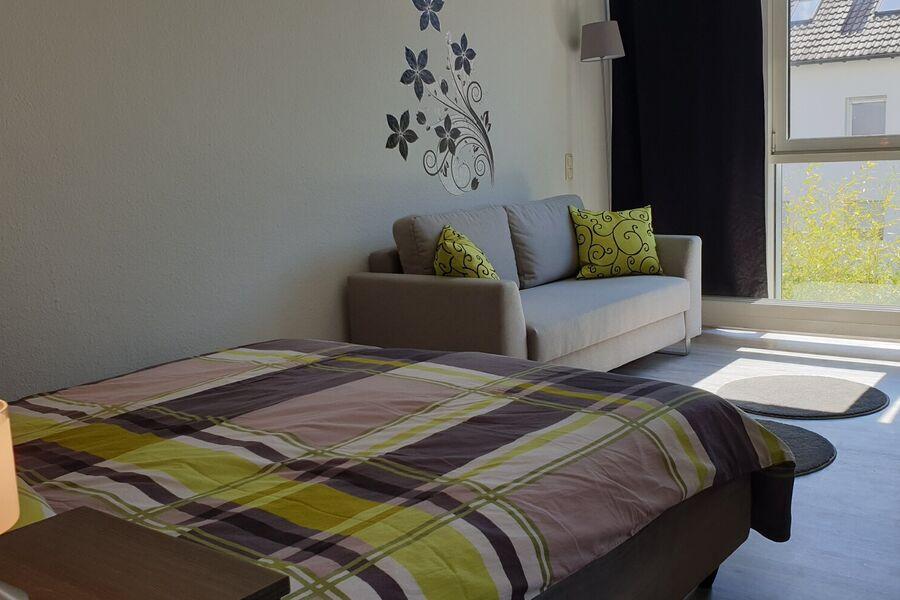 Moderner Wohn-/Schlafraum mit Sofa