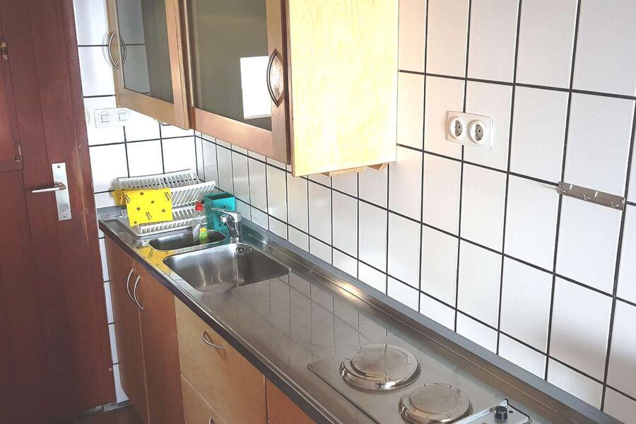 Küchenzeile mit Blick zur Eingangstür