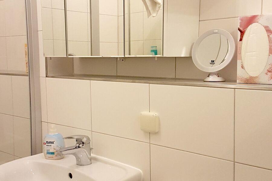 Bad mit großzügiger Dusche