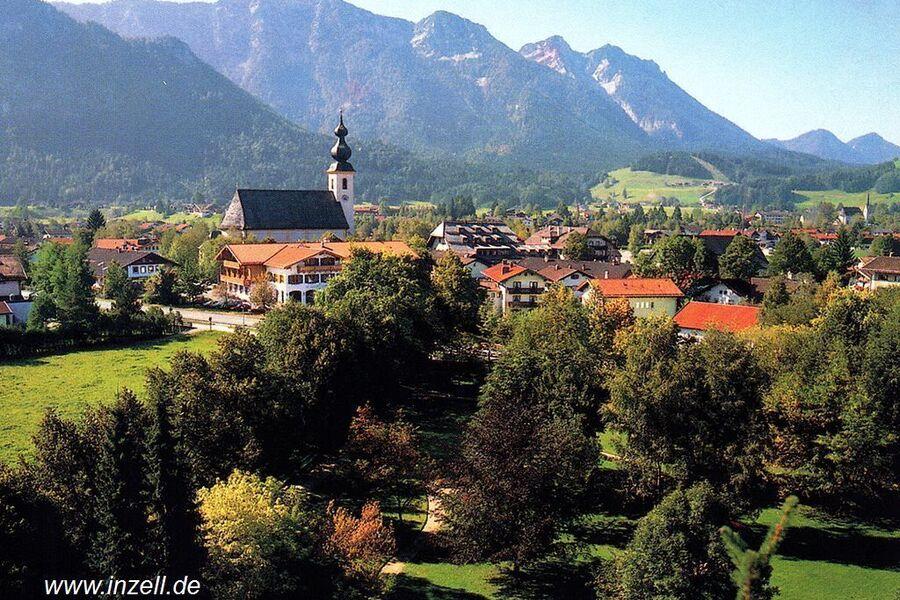 Kurpark mit Pfarrkirche und Rauschberg