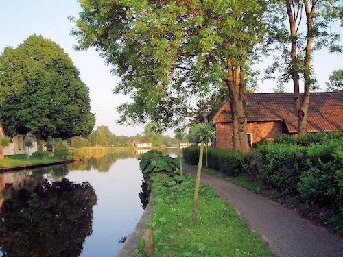 Stimmungsvoller Kanal  Ferienhaus rechts