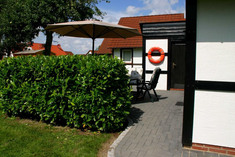 Geschützte Terrasse mit Gartenmöbel