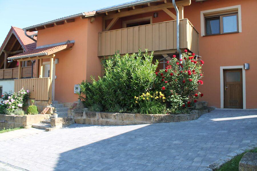 Eingang der Wohnung Schwalbe und Balkon