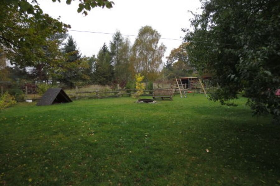 Garten mit Feuerstelle und Kletterhaus