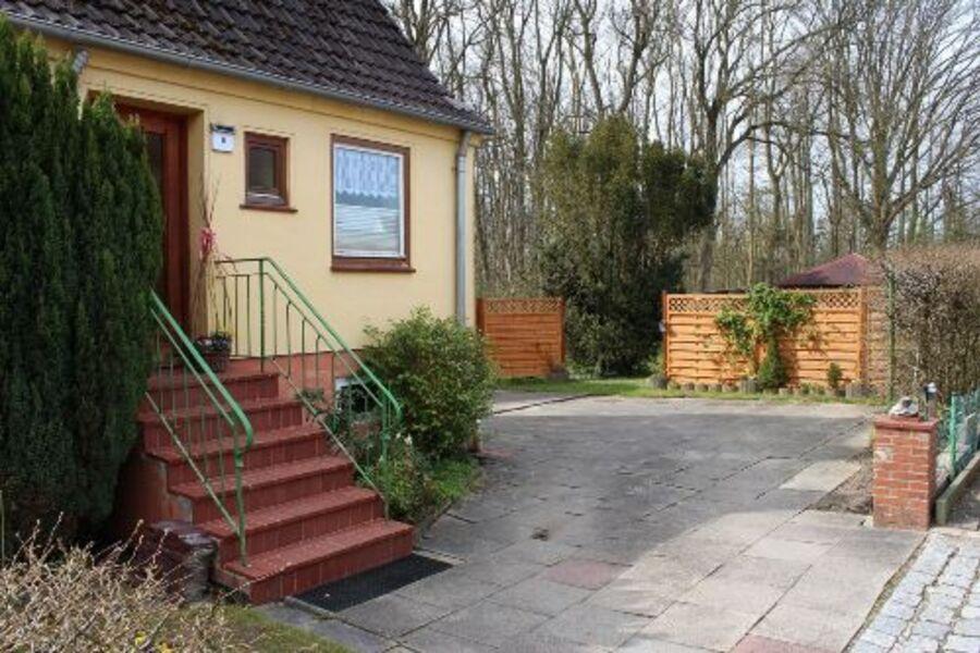 Eingang mit Parkplatz und Garten