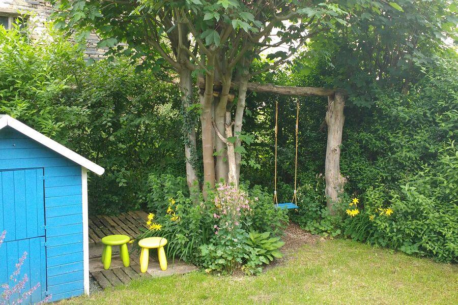 Garten mit Kinder-Spielhaus u. Schaukel
