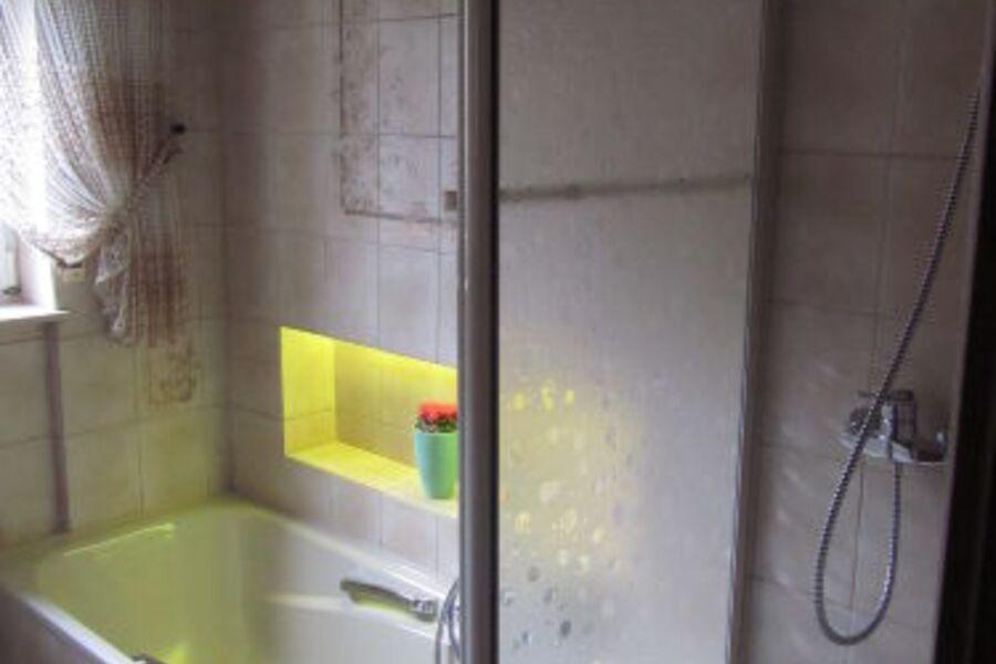 Dusche und Badewanne mit Wellness Licht