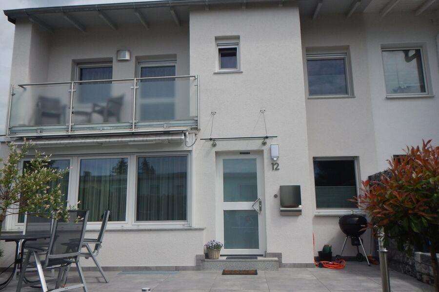 Terrasse mit Fahrradstellfläche rechts