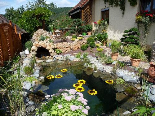Mediterraner Gartenteil mit Bachlauf