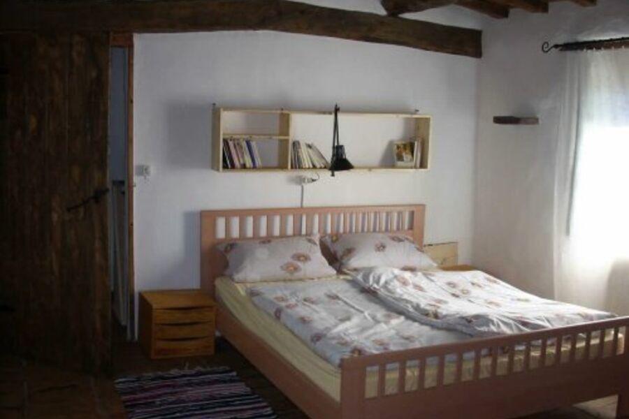 Schlafzimmer mit Treppe direkt zum Pool