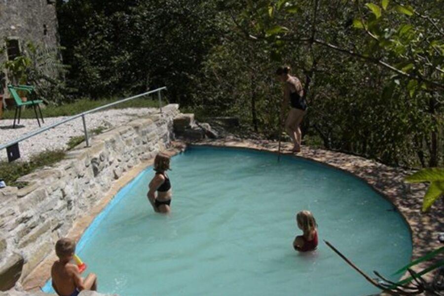die Kinder planschen gerne im Pool