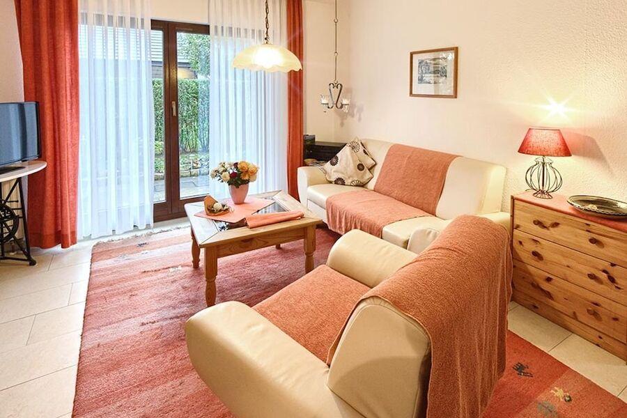 Wohnzimmer mit Blick auf die Terasse.