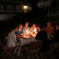 Vermieter: Familie im Innenhof